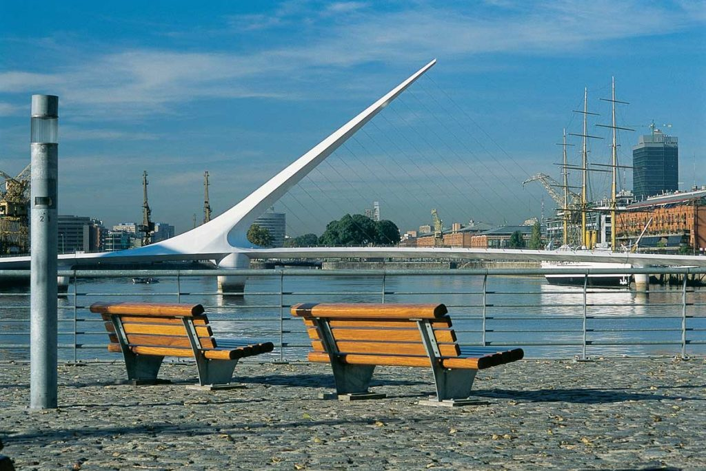 Puerto Madero con el puente de la mujer de fondo