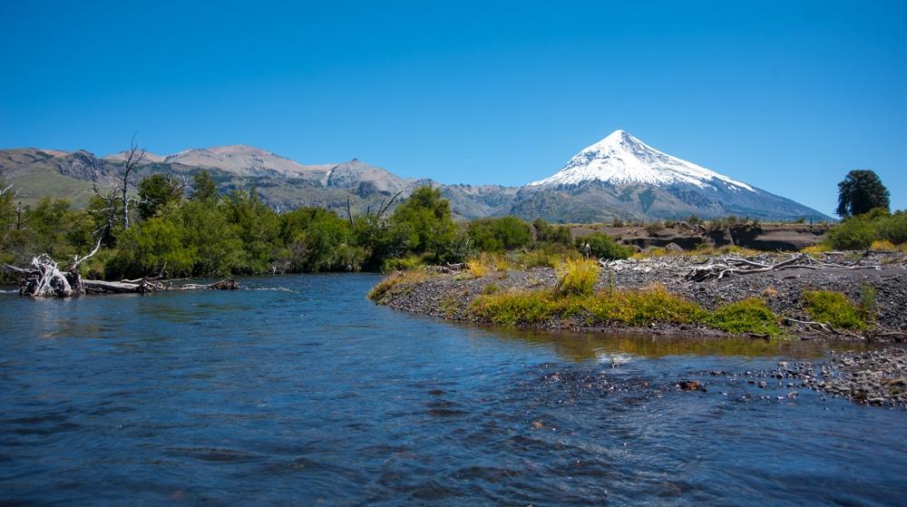 Río Chimehuin con Volcán Lanín de fondo