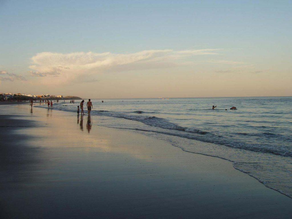 Atardecer en la playa de Las Grutas