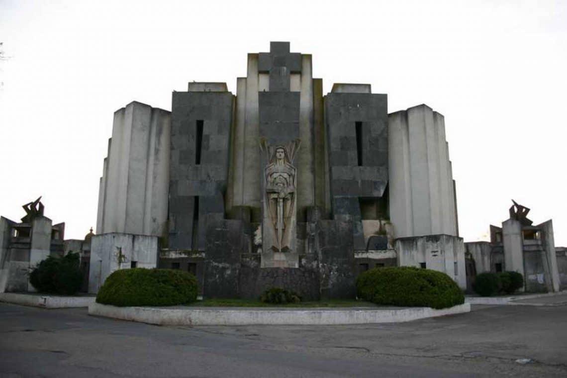 Portada del Cementerio Unico de Azul