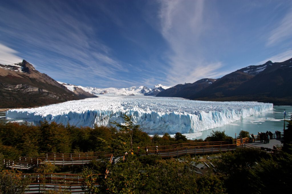 Glaciar Perito Moreno con la vista de la pasarela que nos lleva hasta el mirador