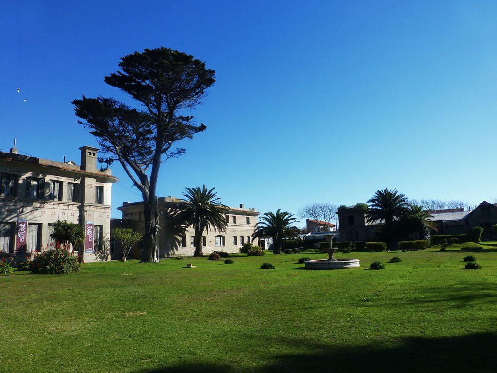 Jardines interiores del Instituto Saturnino Unzué de Mar del Plata