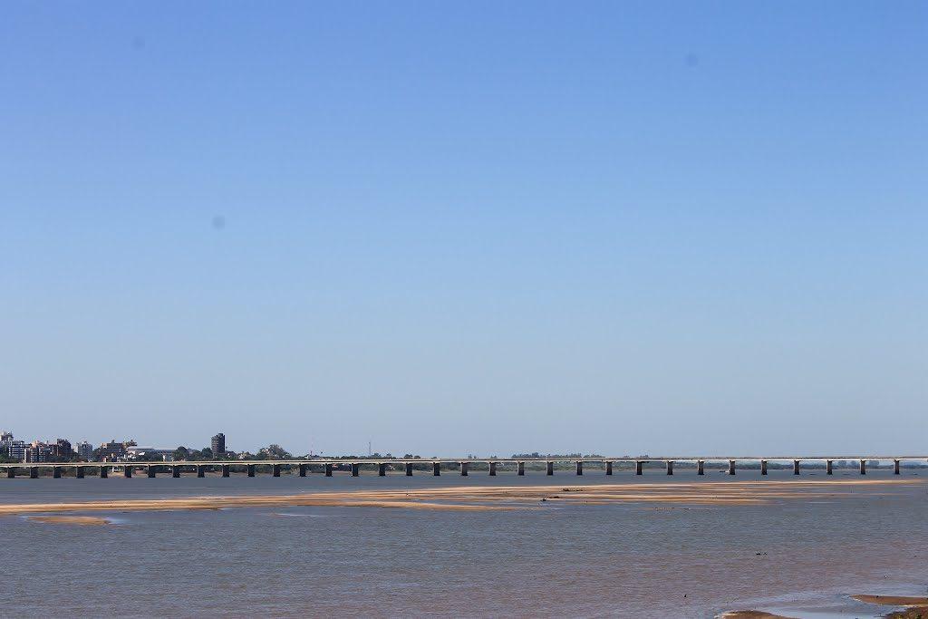 Rio Uruguay y de fondo Puente Internacional Agustín P. Justo - Getúlio Vargas, Paso de los Libres, Corrientes