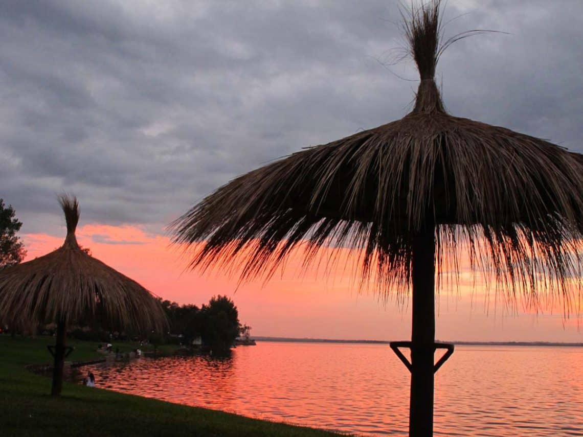 Lago y playa de Villa Rumipal