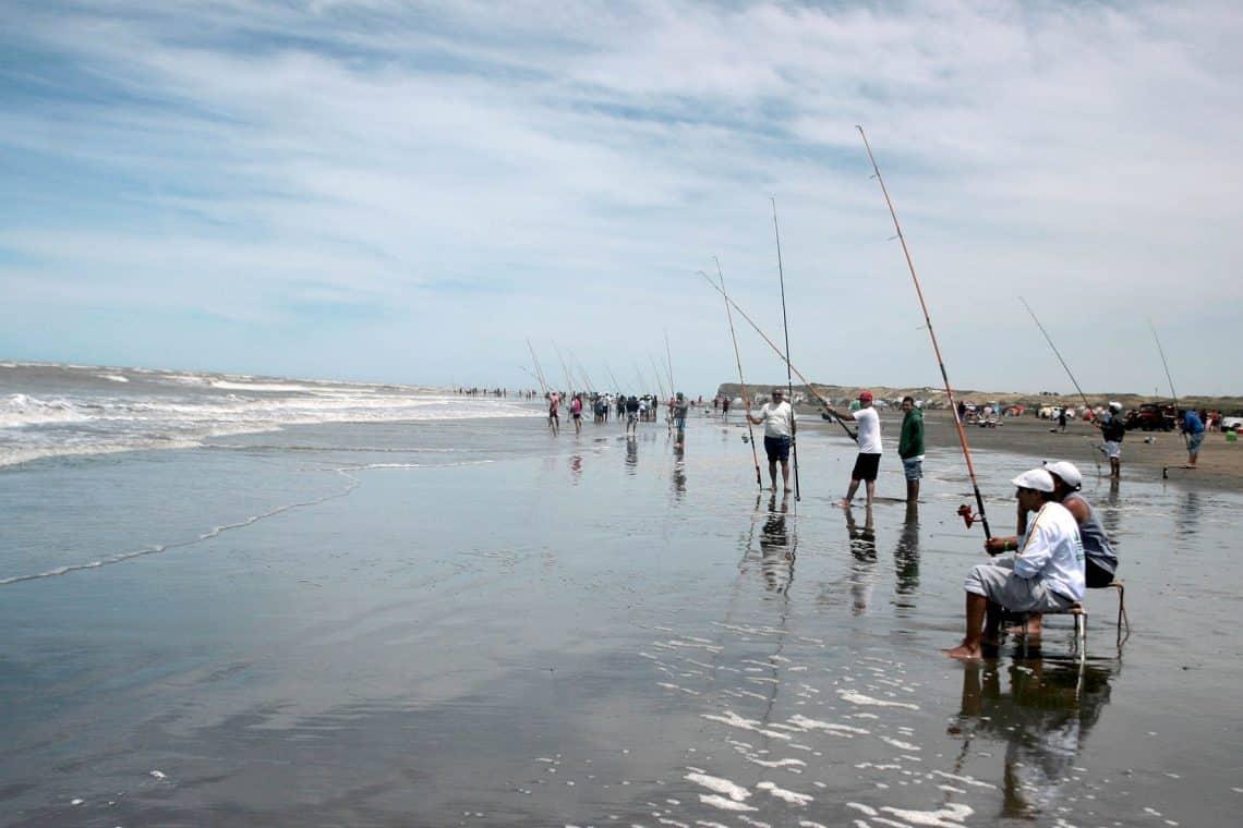 Pesca de costa en El Cóndor, Viedma, Río Negro