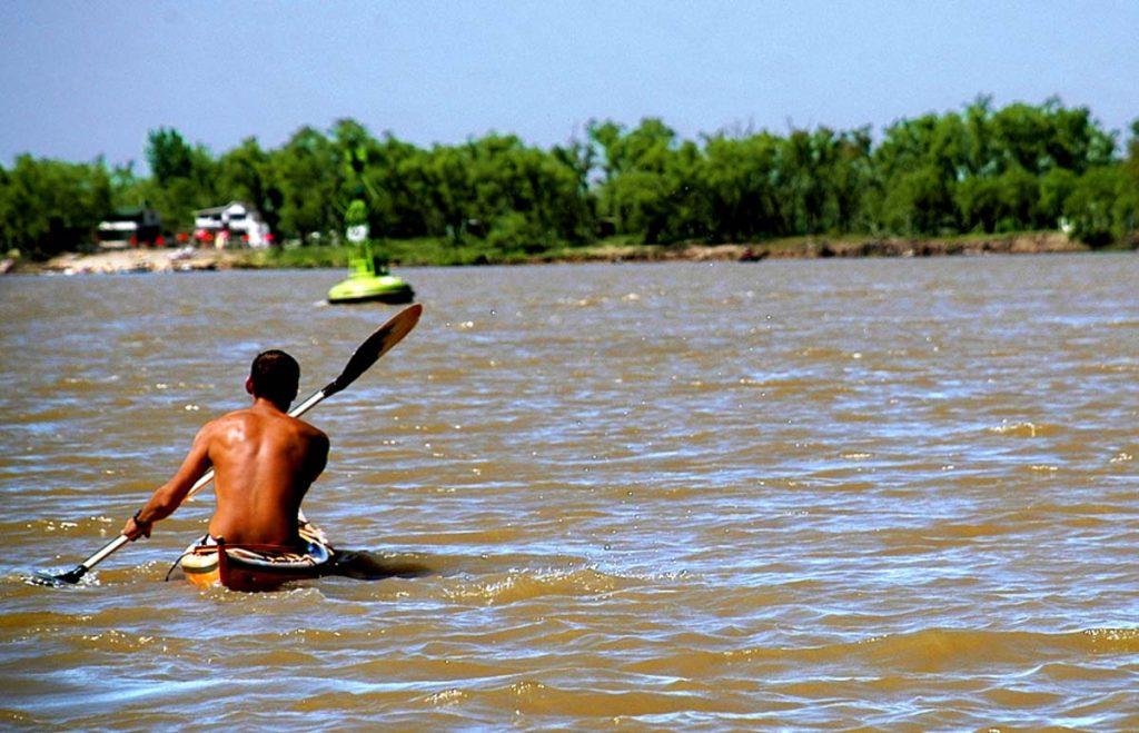 Cruzando el Paraná en Kayak en Rosario - ph Silvio Moriconi