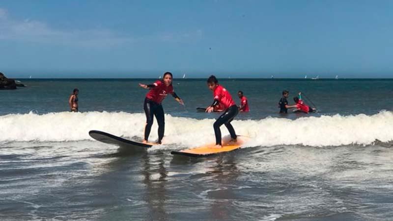 Escuela Surf en playa Grande, Mar del Plata - foto:Infobae