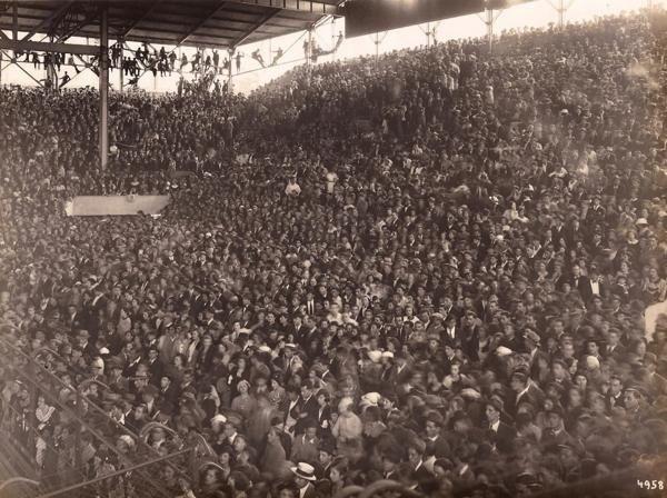 Una muiltitud despide los restos de Carlos Gardel en 1935. Foto: Archivo histórico Luna Park
