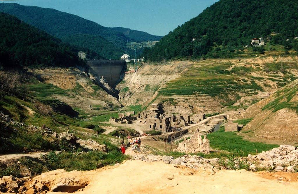 Fabbriche di Careggine con la represa de fondo, pueblo fantasma - foto - www.paesifantasma.it