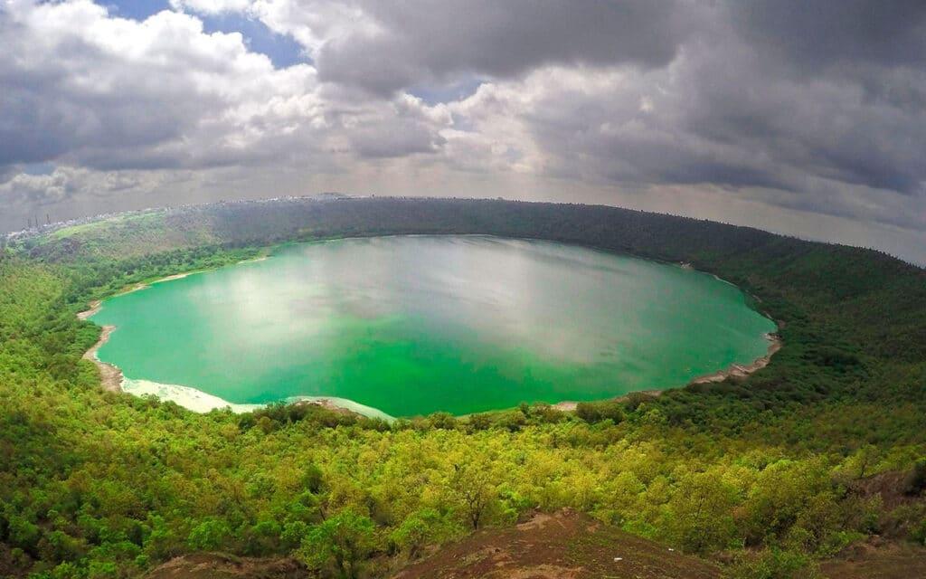 Lago Lonar en India antes de volverse rosa