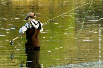 Tomi, el pequeño de la familia que viaja por la Patagonia, disfrutando de la pesca con mosca