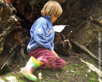 Tom, de la familia de Libros de Viaje, con los conejos de Bahia Lapataia