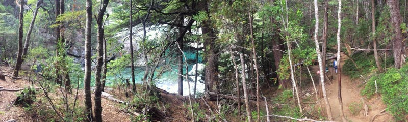 Camino al Cajón del Azul, con el Río Azul escondido entre árboles y rocas