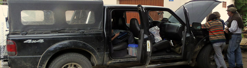 Desperfecto en la camioneta de libros de viaje en la Patagonia