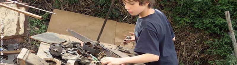 Tomi buscando repuestos viejos para arreglar la camioneta