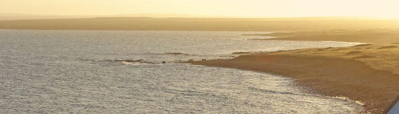 El imponente paisaje de la costa atlantica de la Patagonia en Camarones, Chubut