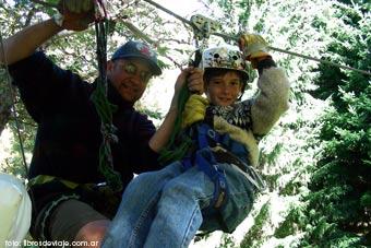 Tomi, de libros de viaje, disfrutando del canopy en San Martin de los Andes