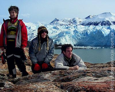La familia de libros de viajes en el Glaciar Perito Moreno