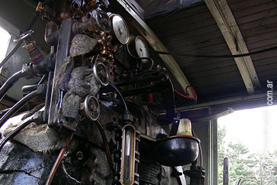 El interior de la locomotora en la trochita por libros de viaje
