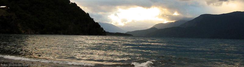La familia de libros de viaje en plena tormenta en el magico Lago Espejo