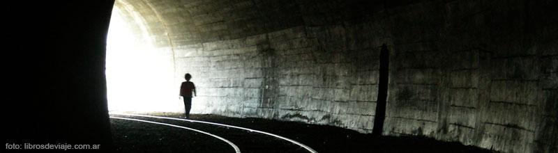Tomi, de Libros de Viaje, reccorriendo el tunel en Rio Chico