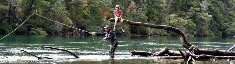 Pesca con mosca en el Rio Arrayanes en el PN Alerces por Libros de Viaje