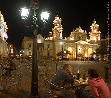 La hermosa plaza 9 julio en Salta, motivo de reuniones y salidas nocturnas!