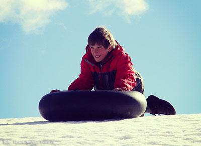 Tomi, de 10 años, contando una mágica historia en la nieve de la Patagonia!