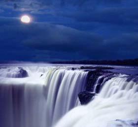 Cataratas a la luz de la luna
