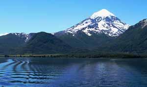Vista del volcán Lanín desde el Lago Huechulafquen